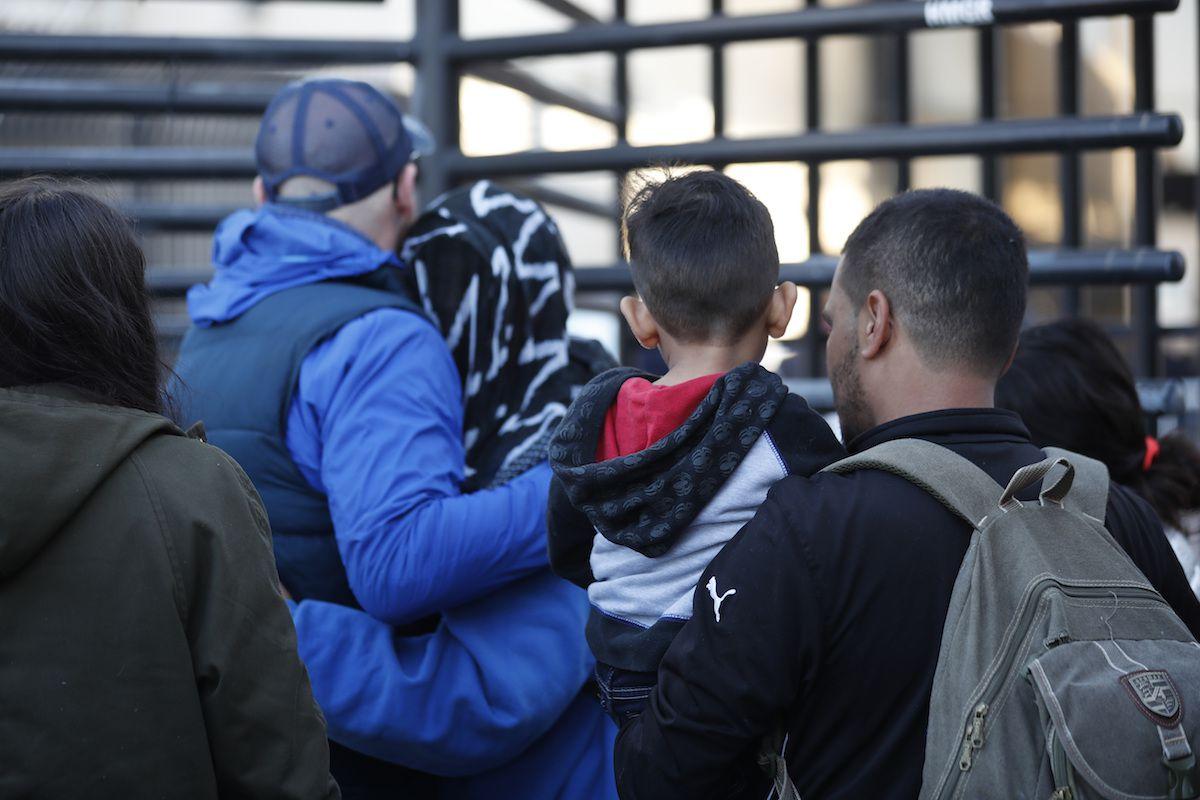 Varias personas de Honduras intentan ingresar a Estados Unidos para peticionar asilo humanitario. AP