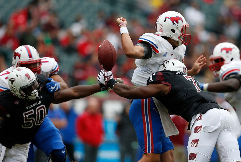 Temple's Haason Reddick, right, and Praise Martin-Oguike (50) reach for the loose football after Southern Methodist quarterback Ben Hicks fumbles during the second quarter at Lincoln Financial Field in Philadelphia on Saturday, Oct. 1, 2016. Temple won, 45-20. (David Maialetti/Philadelphia Daily News/TNS)