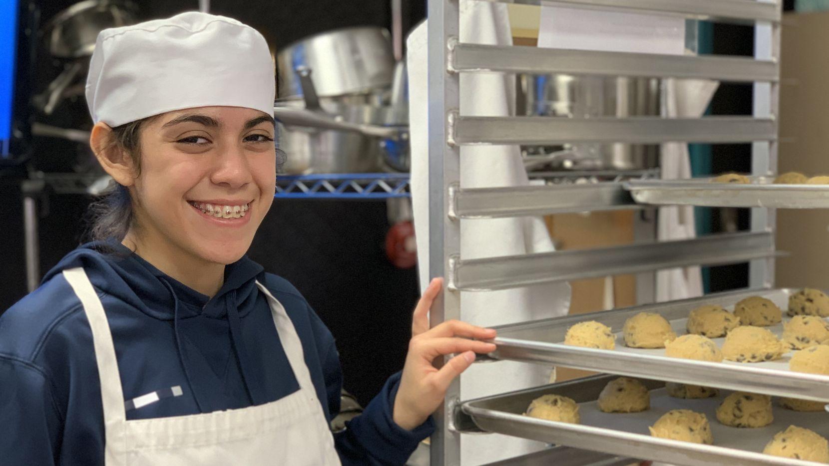 Ángeles Lechuga, de 18 años, fue la jefa de cocina  de Molina High School encargada del proyecto de hornear 600 galletas para el evento del DISD. Además de la cocina, le gusta el futbol y ahora tiene una habilidad profesional que podrá servirle en el futuro.