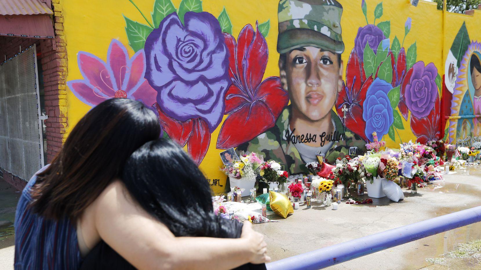 Mary de León y Anastasia González se consuelan al pie del mural de Vanessa Guillén que fue pintado por artistas de Fort Worth, encabezados por Juan Velázquez.