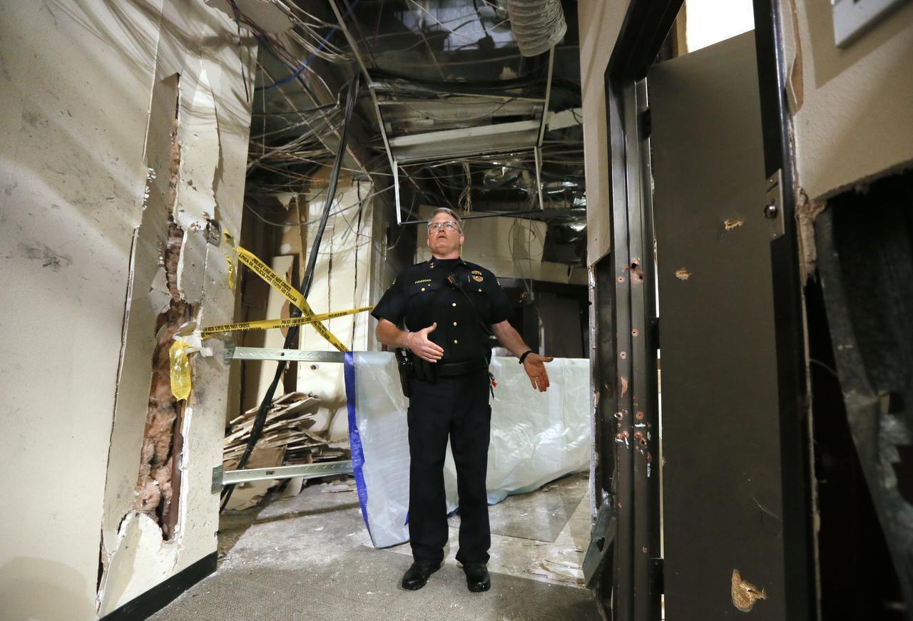 El jefe de la policía del colegio comunitario El Centro Joseph Hanningan muestra el daño al interior del campus en el centro de Dallas provocado por el tiroteo del jueves 7 de julio.(AP)