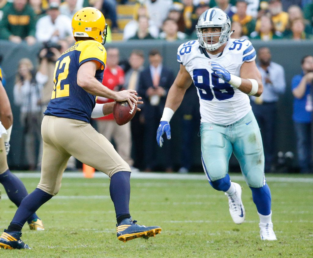 Dallas Cowboys defensive end Tyrone Crawford (98) pursues Green Bay Packers quarterback Aaron Rodgers (12) during the Dallas Cowboys vs. the Green Bay Packers NFL football game at Lambeau Field in Green Bay, Wisconsin, on Sunday, October 16, 2016. (Louis DeLuca/The Dallas Morning News)