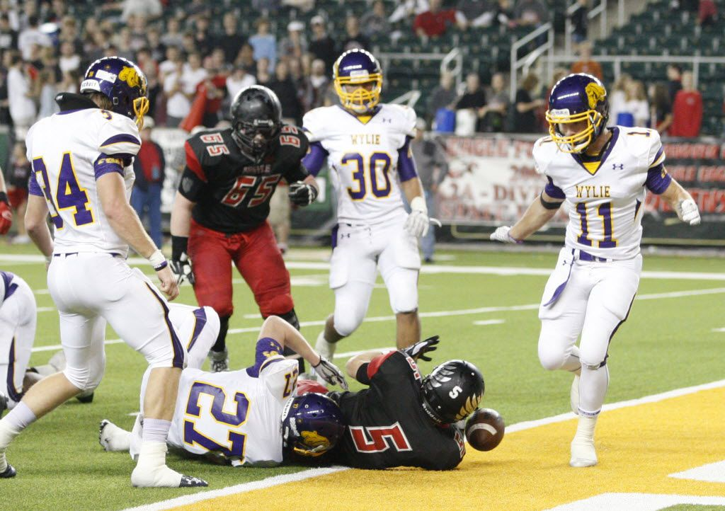 Argyle Eagles Gage McCook (5) scores a touchdown against Abilene Wylie Bulldogs Braydon Ward (27)  during the first half of a 4A High School State Semifinals football game between Argyle Eagles Vs Abilene Wylie Bulldogs on Friday, December 11, 2015, in Waco, Texas. DRC Jose Yau