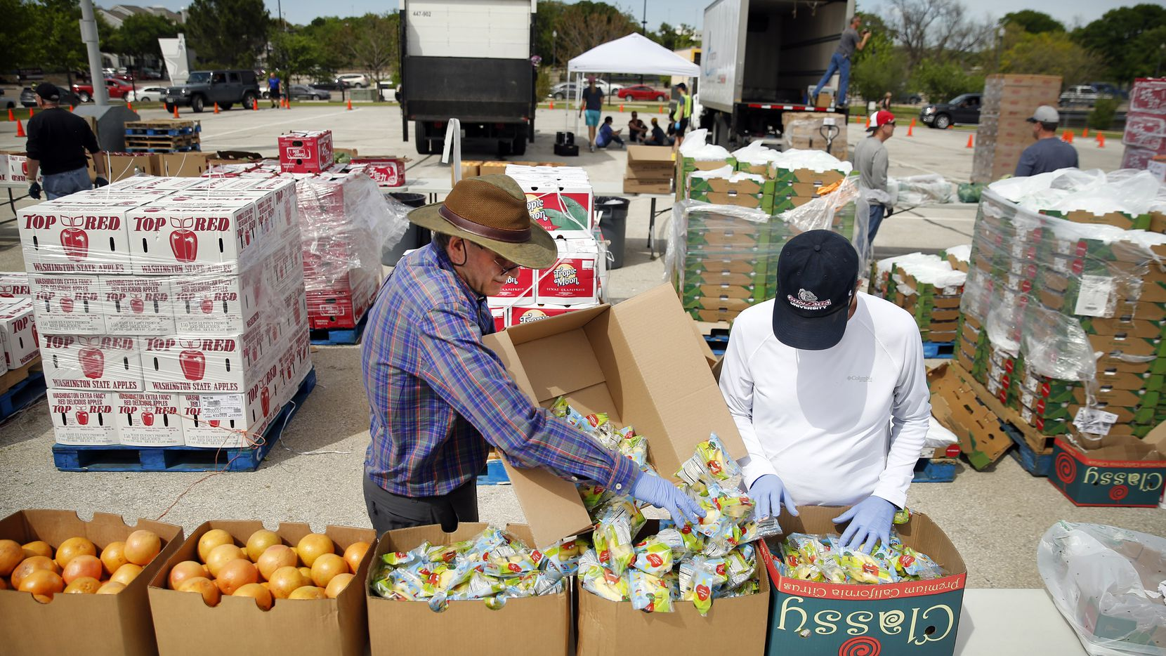 El North Texas Food Bank reanudará sus distribuciones en Dallas y sus alrededores. El Tarrant Area Food Bank  entregará despensas a gran escala esta semana en Arlington en Globe Life Field.