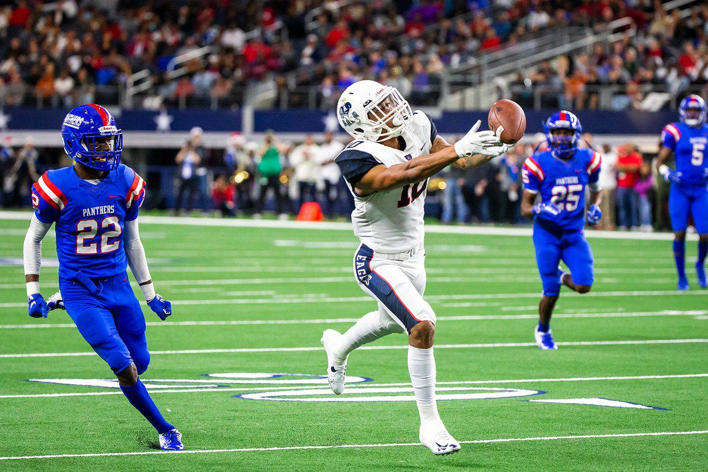Allen wide receiver Theo Wease (10) has a pass go off his fingertips as Duncanville defensive back Ennis Rakestraw (22) defends during the first half of a Class 6A Division IÊstate semifinal at AT&T Stadium on Saturday, Dec. 15, 2018, in Arlington. (Smiley N. Pool/The Dallas Morning News)