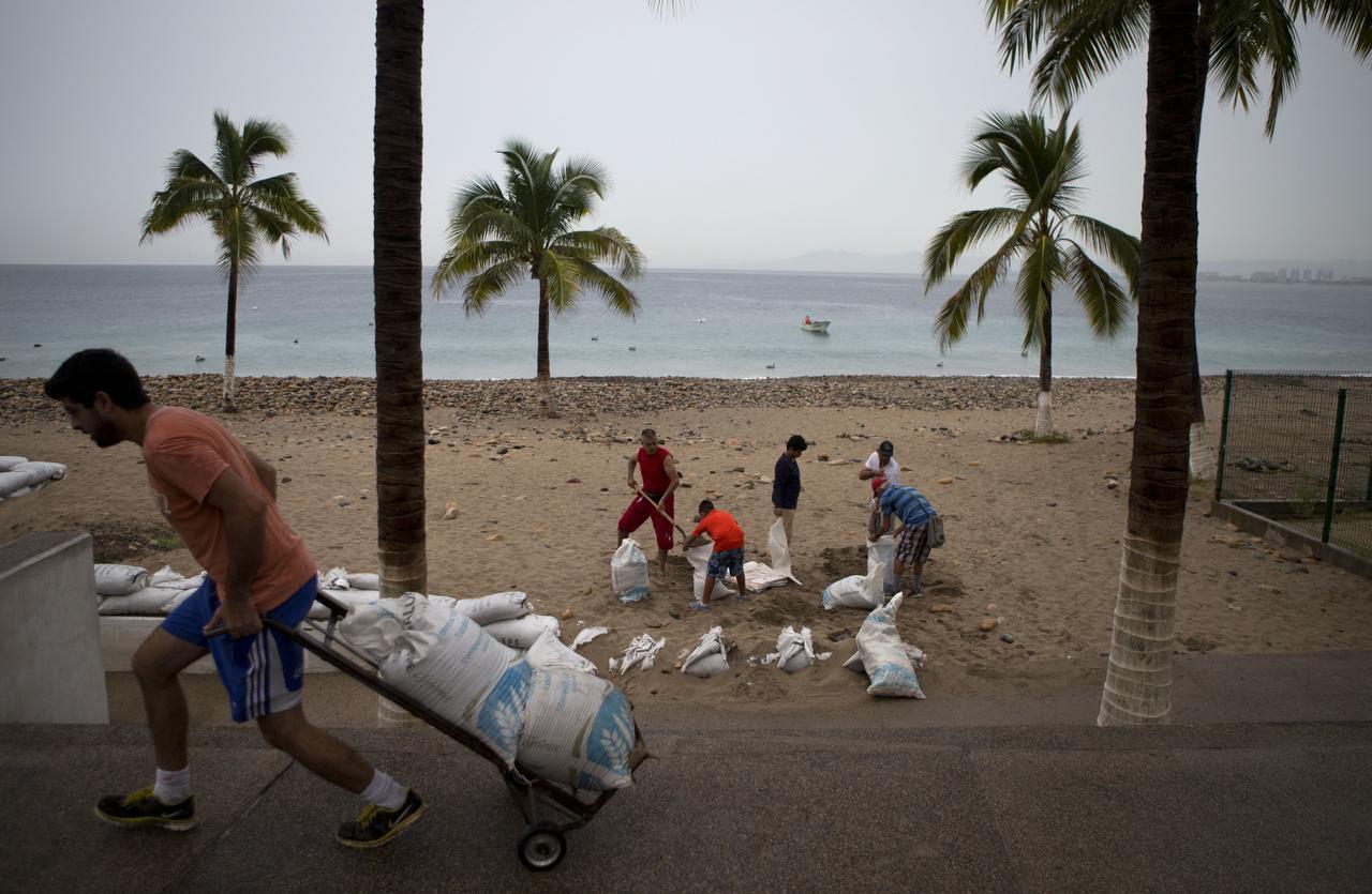 Los residentes de Puerto Vallarta se preparan para la llegada del huracán Patricia en 2019. Este año, el ciclón Nora vuelve a amenazar este balneario del Pacífico mexicano.