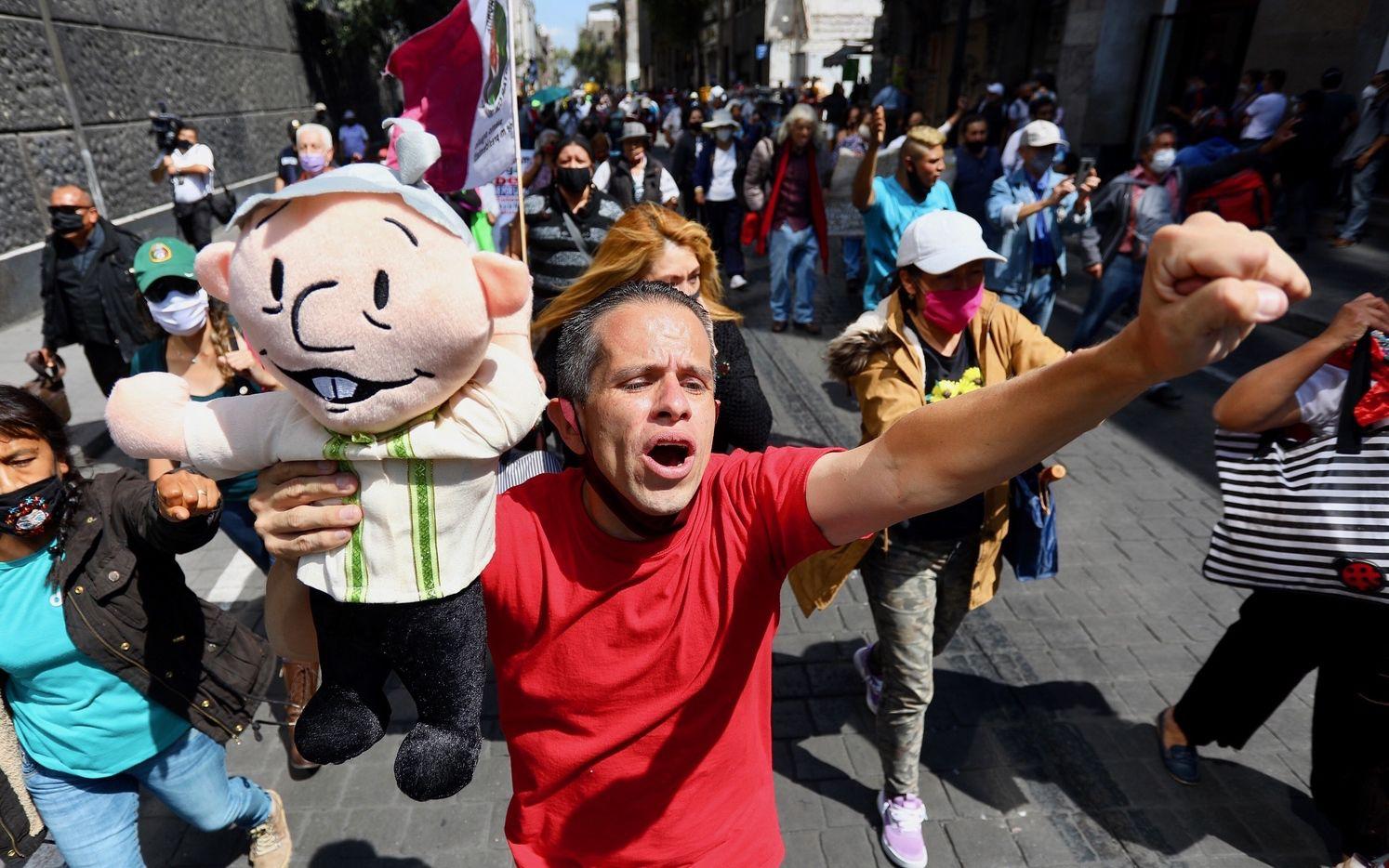 Personas afuera de la Corte de Ministros de México apoyaron la decisión de someter a juicio a expresidentes.