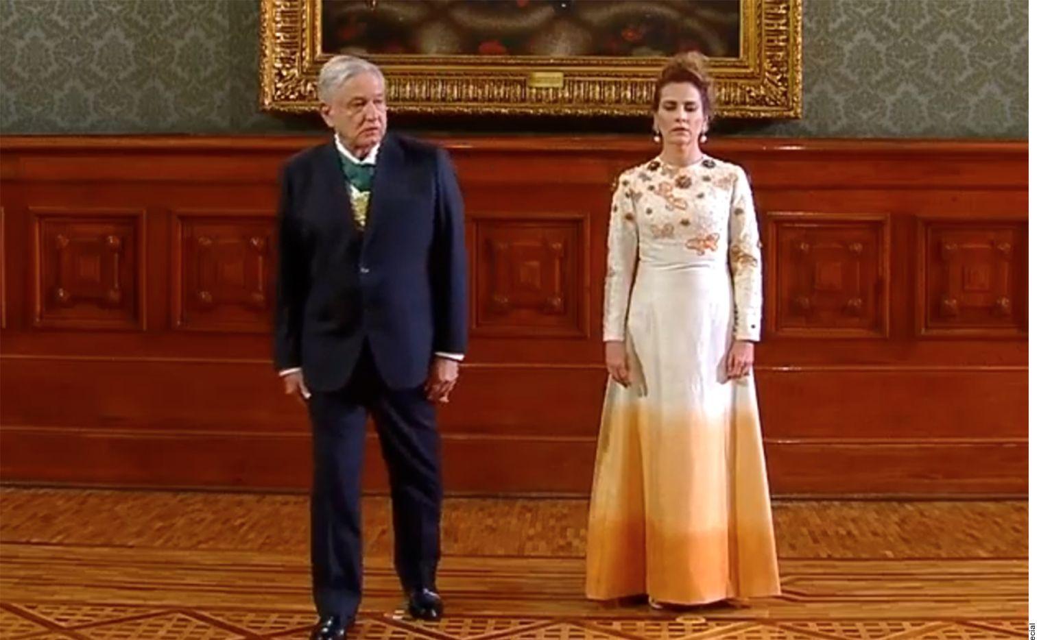Ante la pandemia por covid-19, el presidente López Obrador junto a su esposa encabezaron la ceremonia del Grito de Independencia en un Zócalo sin público.