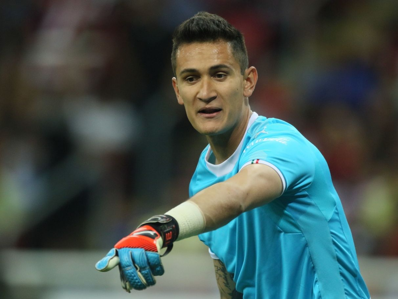 El portero Raúl Gudiño debe trabajar para recuperar la titularidad en Chivas de Guadalajara antes de pensar en cumplir la promesa que le hizo a Iker Casillas.