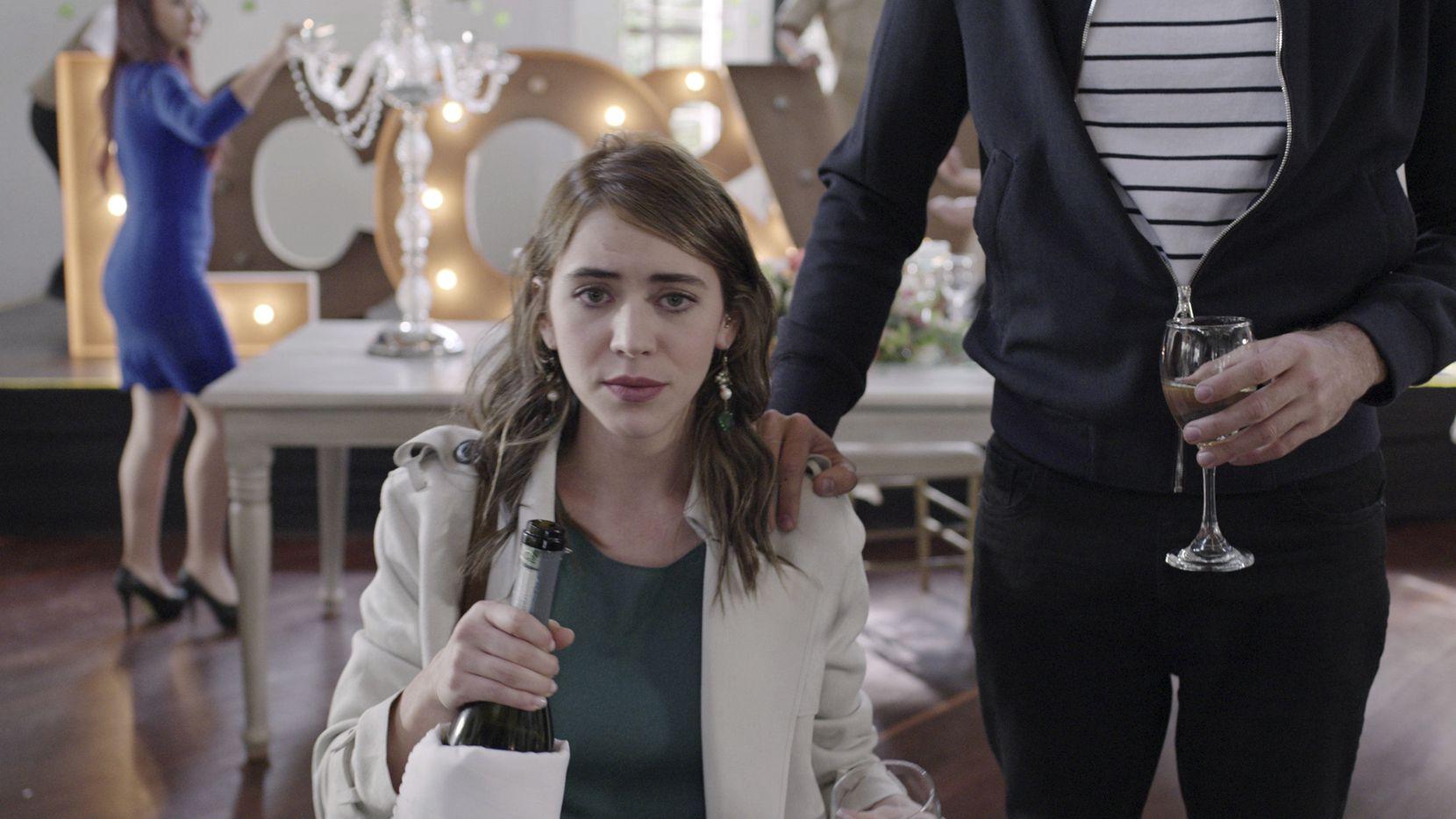 """Tessa Ia en una escena de """"De Brutas, Nada"""" en una imagen proporcionada por Pantaya. La serie se estrena el 24 de septiembre de 2020. (Pantaya via AP)"""