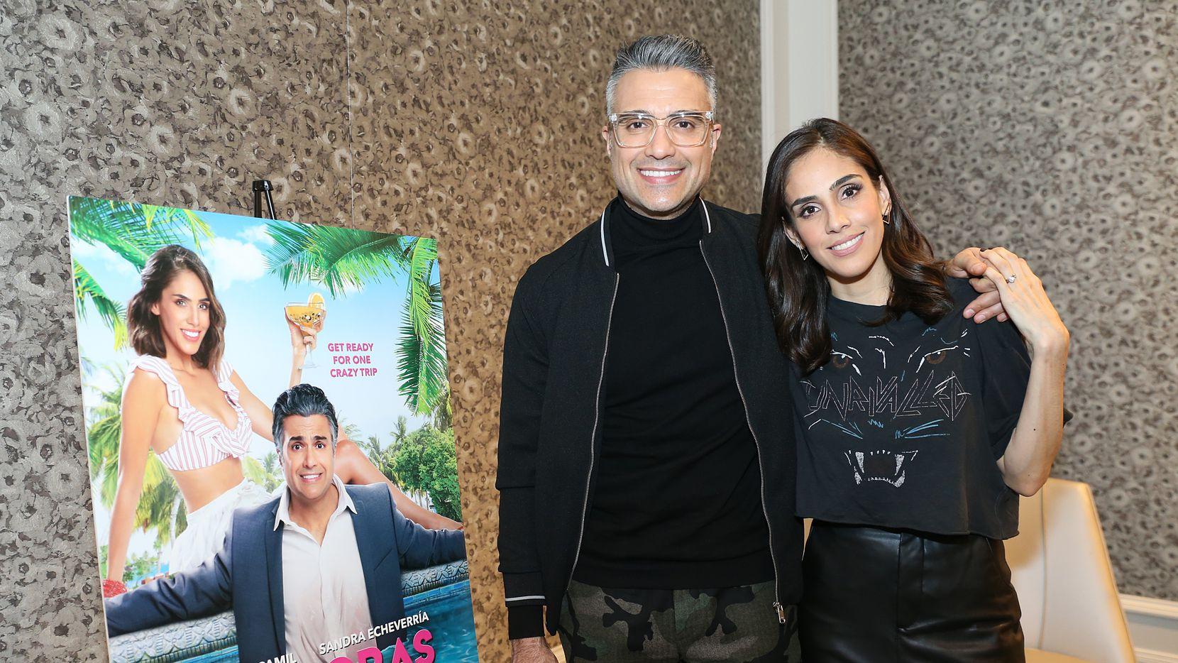 El actor Jaime Camil y la actriz Sandra Echeverría son los protagonistas de la comedia romántica bilingüe 'Las píldoras de mi novio'.