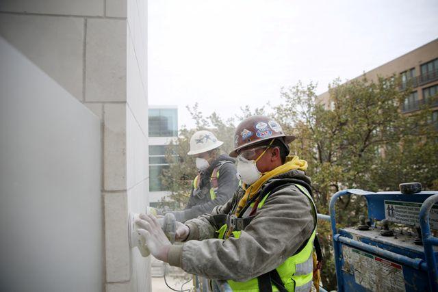 Trabajadores laboran en una construcción en  Legacy West, en Plano. (Andy Jacobsohn/The Dallas Morning News)