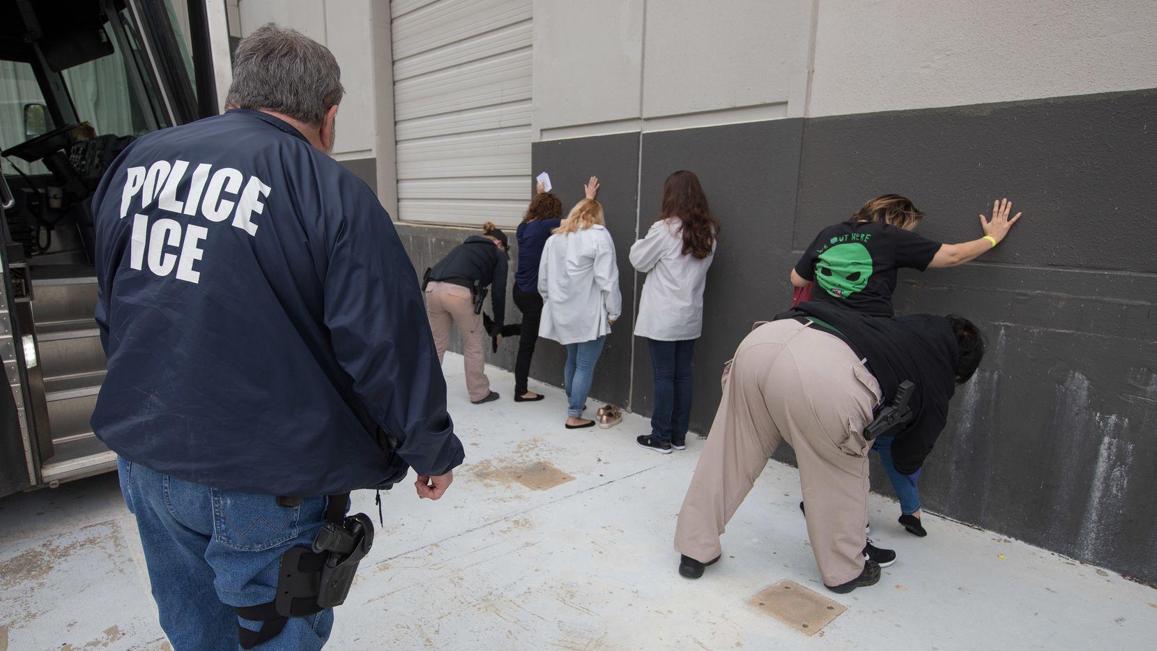 Agentes de ICE durante una redada en Dallas, Texas (Archivo)