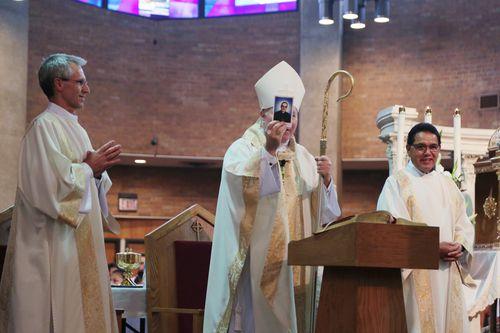 El obispo de Dallas, Edward J. Burns, muestra una de las postales recordatorias de la canonización de Oscar Romero, en Roma. El obispo presidió la celebración en Dallas. MARÍA OLIVAS/ESPECIAL PARA AL DÍA