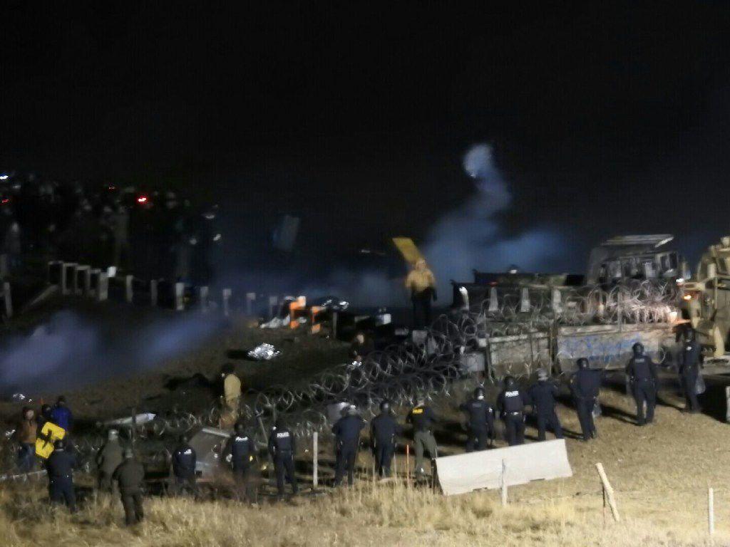 Imágenes del enfrentamiento entre las autoridades y los manifestantes en North Dakota el domingo. (AP)