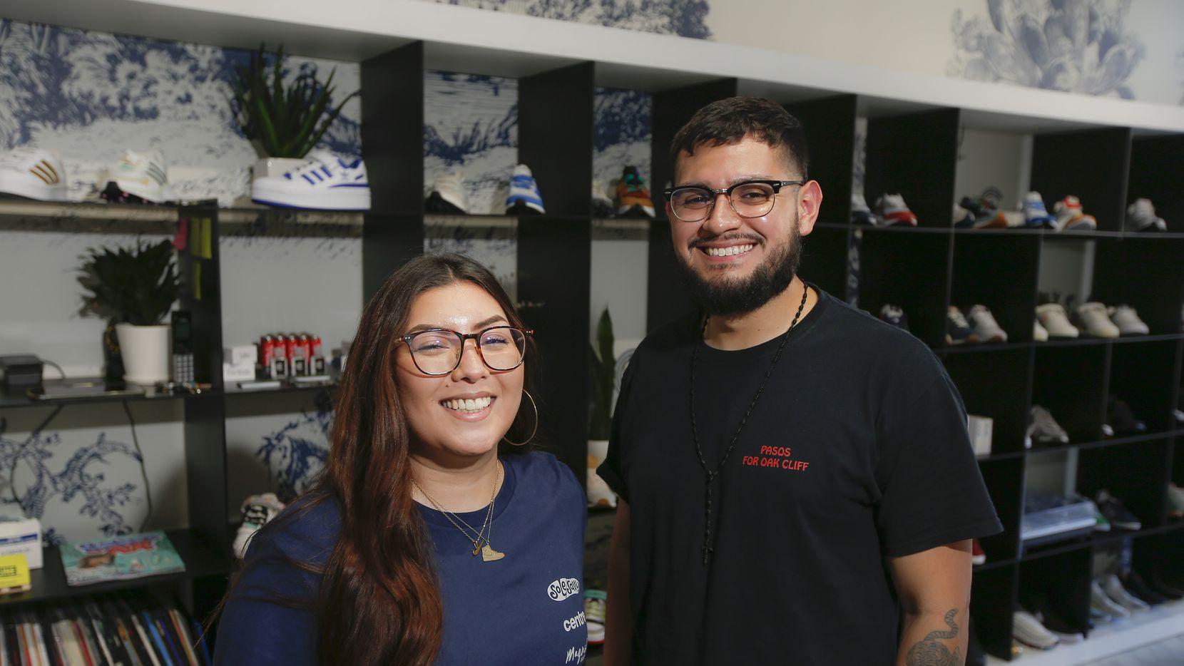 Alejandra Zendejas, y Jesse Acosta son los fundadores de Pasos for Oak Cliff que regala zapatos deportivos a estudiantes de Dallas.  El sábado 21 de agosto su fundación recolectó cientos de pares de zapatos durante dos días, los cuales serán distribuidos por Sole Savy a estudiantes necesitados.