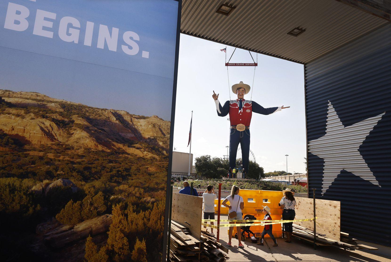 Big Tex fue levantado la mañana del viernes 17, una semana antes de la gran jornada inaugural de la Feria Estatal.