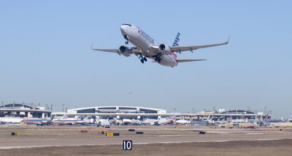 Una avión de American Airlines toma el vuelo en el Aeropuerto Internacional DFW