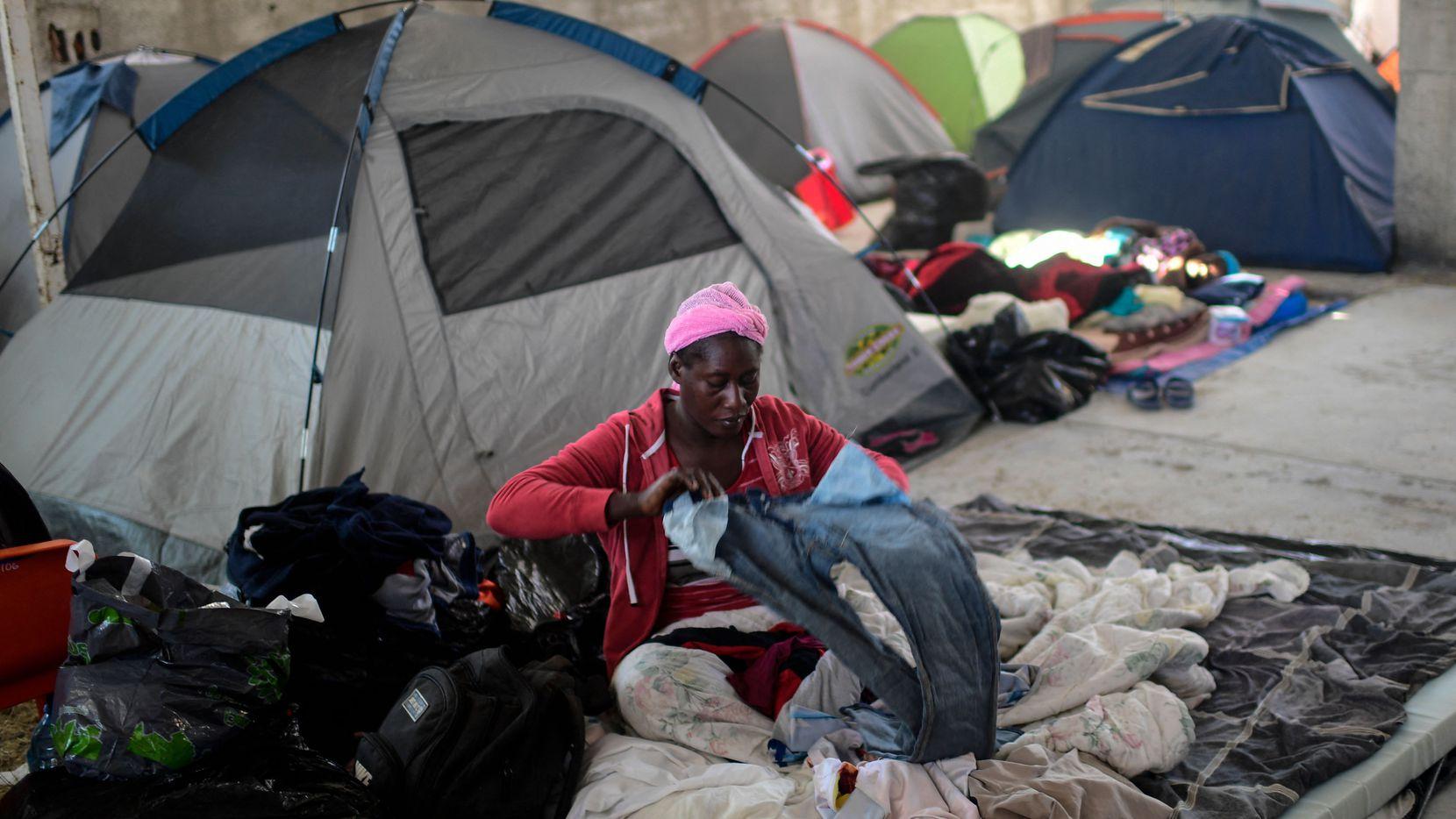 Una mujer de Haiti organiza su ropa en un centro de refugio en Ciudad Acuña el 25 de septiembre.