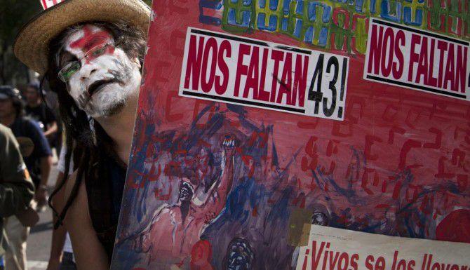 Un estudiante protesta en la Ciudad de México por la desaparición de 43 normalistas de la escuela Ayotzinapa, Guerrero.
