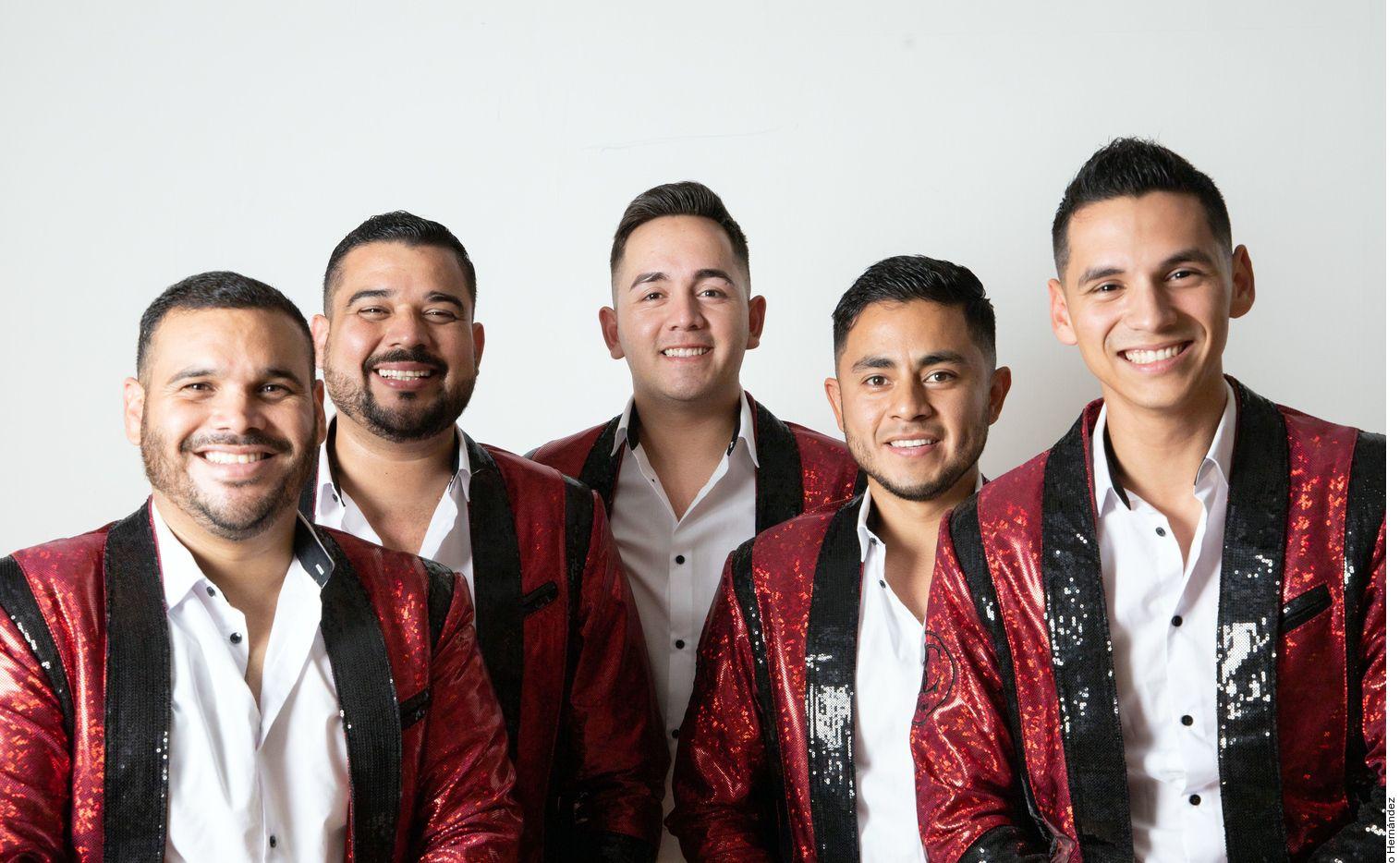 """Banda Carnaval ha grabado 10 álbumes de estudio. Algunas de sus canciones más reconocidas entre el público que gusta del género son """"Te Cambio el Domicilio"""" y """"Hombre de Trabajo""""."""