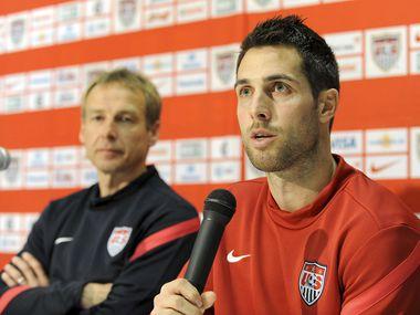 Carlos Bocanegra toma el micrófono en una conferencia de prensa con la selección de Estados Unidos, el 28 de febrero de 2012.