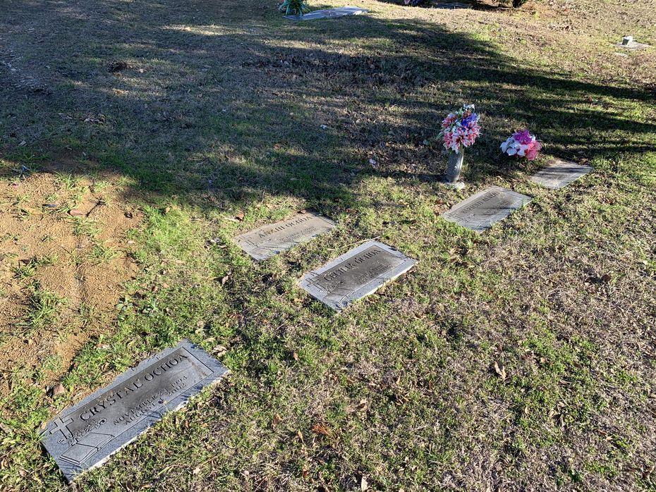 Las tumbas de las personas asesinadas el 4 de agosto del 2002 están juntas y lucen ya los estragos del abandono. Sus restos descansan en un cementerio de Grand Prairie.