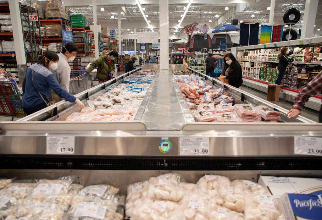 Consumidores escogen productos en un supermercado en San Francisco, California.