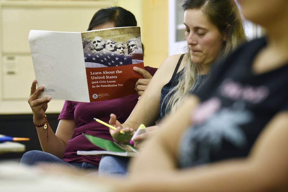 Fabiola Vasquez, de 35 años, de Arlington participa de una clase de ciudadanía en Casa Guanajuato.