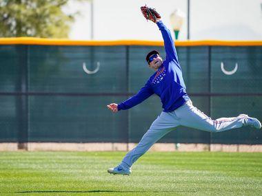 El jardinero de los Texas Rangers, Scott Heineman, realiza una atrapada durante los entrenamientos de primavera en Surprise, Arizona.