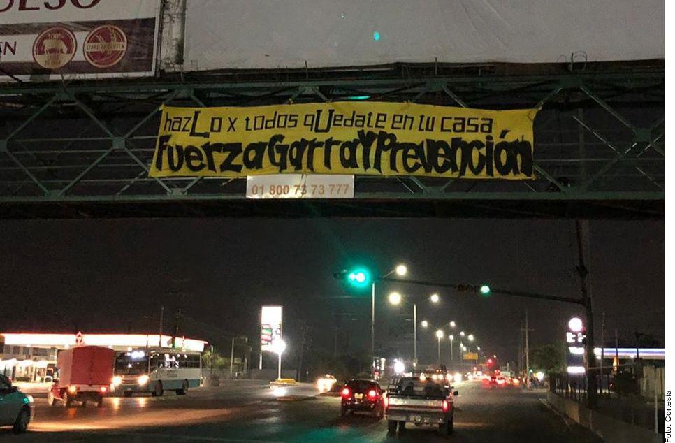 Una de las mantas que fueron colocadas por Libres y Lokos en la ciudad de Monterrey.