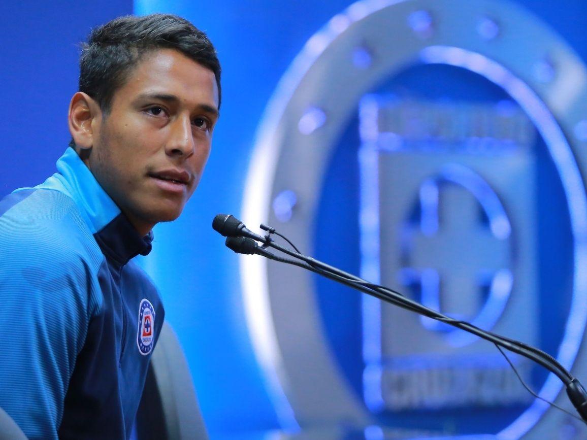 El mediocampista de Cruz Azul, Luis Romo, reveló que es una situación difícil no poder entrenar y jugar futbol. (Agencia Reforma)