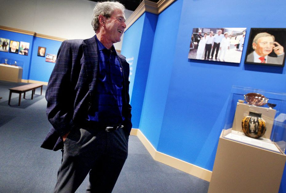 """Former President George W. Bush tours his new exhibit, """"The Art of Leadership: A President's Personal Diplomacy"""" at the George W. Bush Presidential Library and Museum in Dallas in 2014. (AP Photo/The Dallas Morning News, Mona Reeder)"""