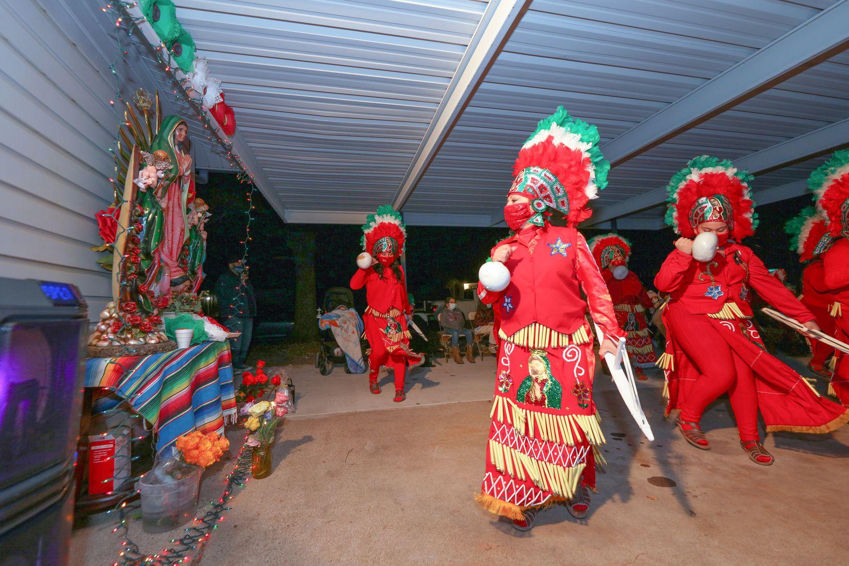Cinthia Ceceña del grupo Danza Guadalupana Lagunera baila en un rosario para la Virgen de Guadalupe en Fort Worth.