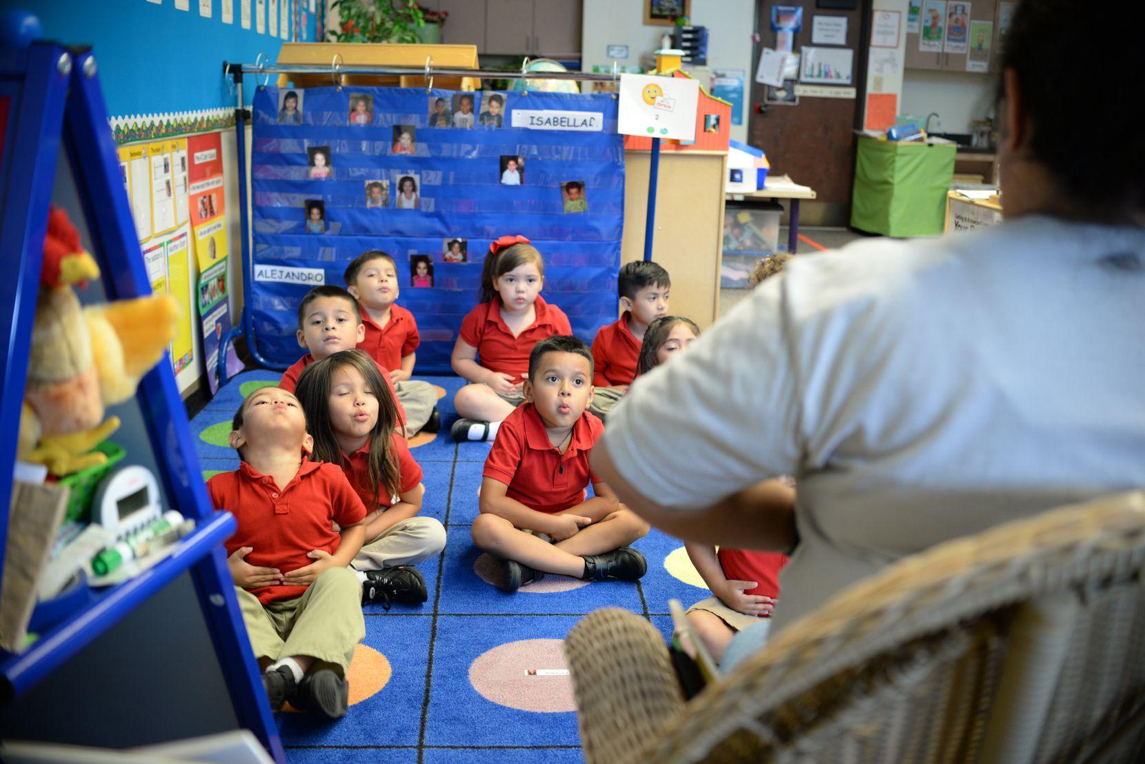 Niños practican técnicas de respiración consciente. Foto cortesía de Momentous School