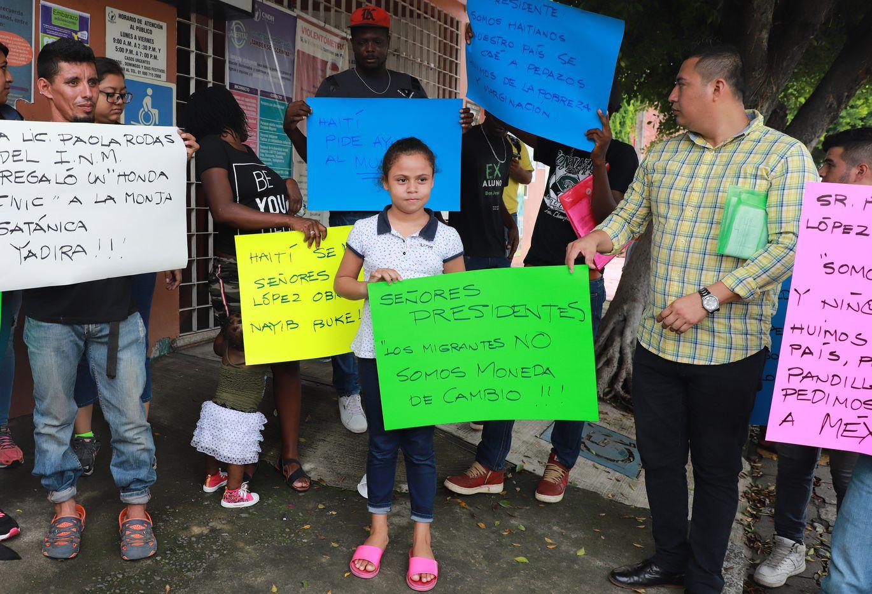 Migrates de Haiti y Centroamérica protestan afuera de la oficina de Derechos Humanos en Tapachula, Chiapas, México.