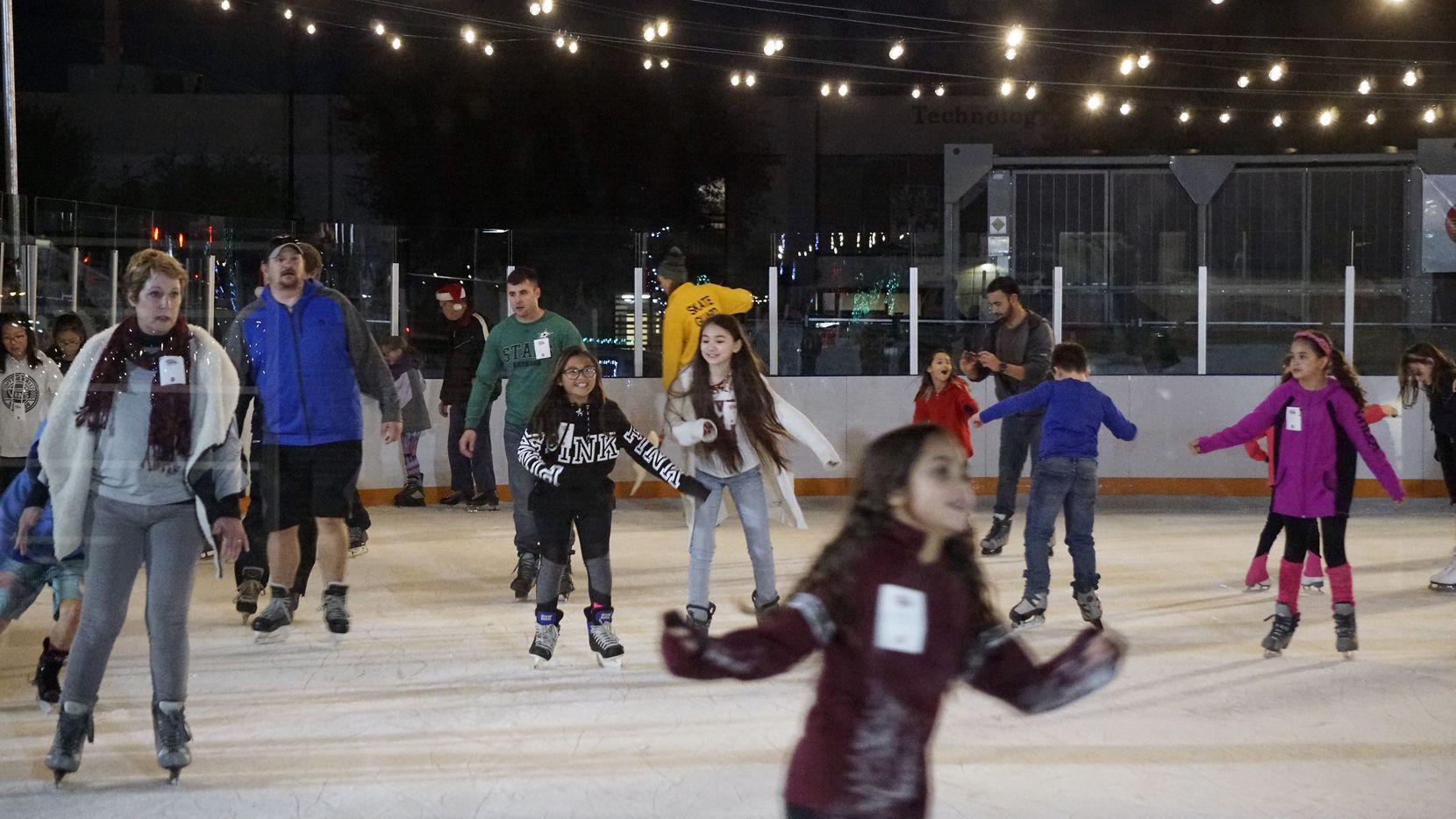 La pista de patinaje sobre hielo en Branch en Farmers Branch.