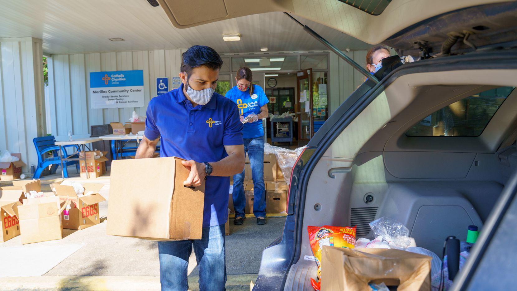 Caridades Católicas y el Tarrant Area Food bank cuentan con despensas fijas. El Tarrant Area Food Bank tendrá una entrega a gran escala y estará en planteles del Dallas College esta semana.