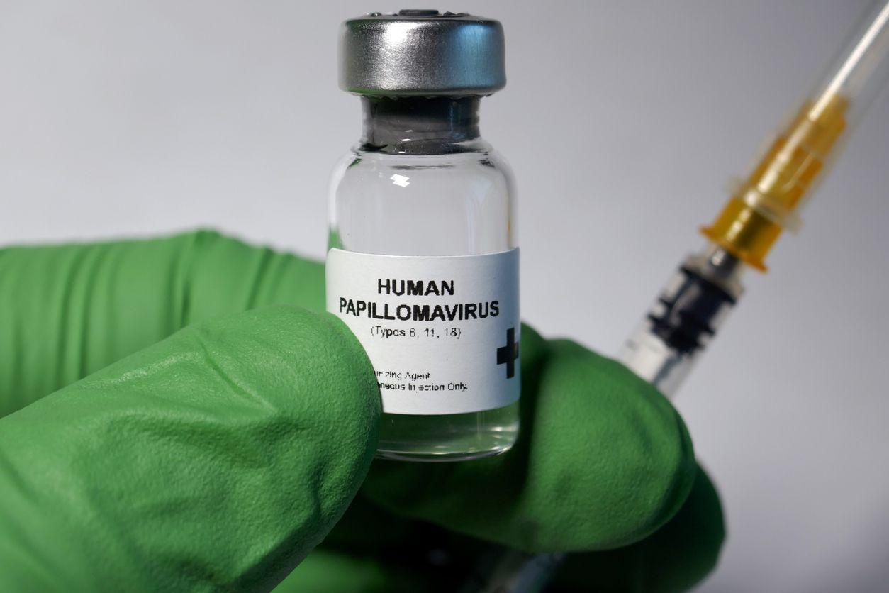 La vacuna contra el Virus del Papiloma Humano (VPH) que causa cáncer oral y genital.