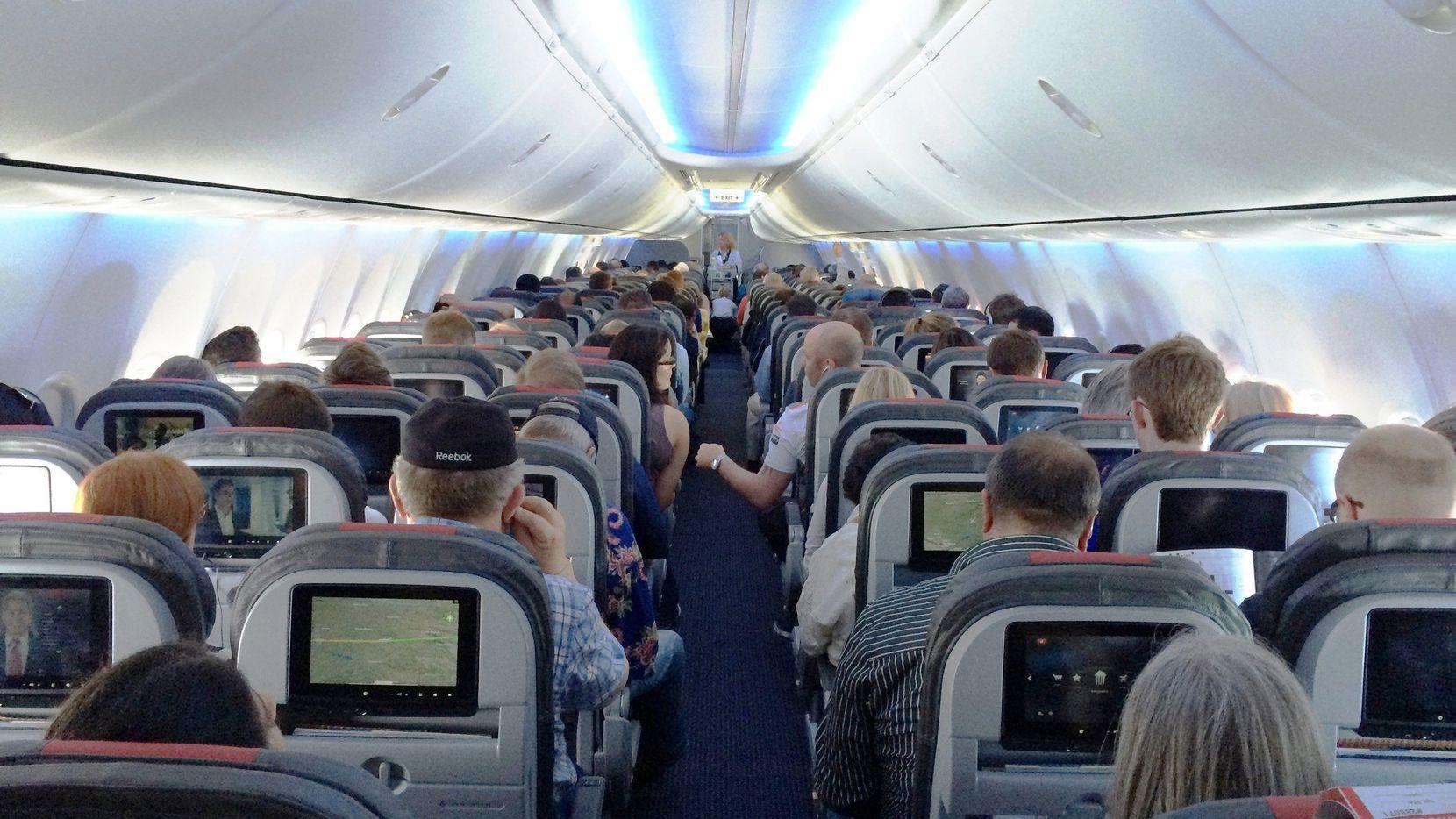 La cabina principal de un avión Boeing 737 de American Airlines.