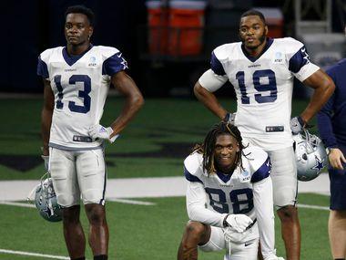 Los receptores abiertos de los Dallas Cowboys, Michael Gallup (13), CeeDee Lamb (88), y Amari Cooper (19), durante una práctica del equipo el  18 de agosto de 2020 en The Star de Frisco.