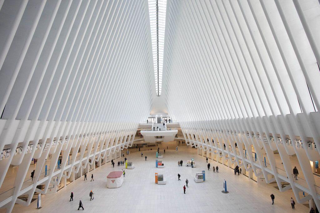 ARCHIVO - En esta imagen de archivp del 16 de marzo de 2020, el vestíbulo de la estación del World Trade Center en Nueva York.  (AP Foto/Mark Lennihan, Archivo)