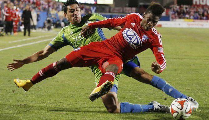 Leo González (12) de Seattle pelea por el balón con Fabián Castillo (11) de Dallas, en el partido de ida de las semifinales del Oeste de la MLS, el domingo en Frisco. (DMN/ANDY JACOBSOHN)