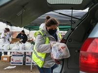 El North Texas Food Bank, El Tarrant Area Food Bank y Caridades Católicas siguen alimentando a la comunidad del Norte de Texas con sus despensas móviles. En Fort Worth el TAFB tendrá una repartición a gran escala el viernes.