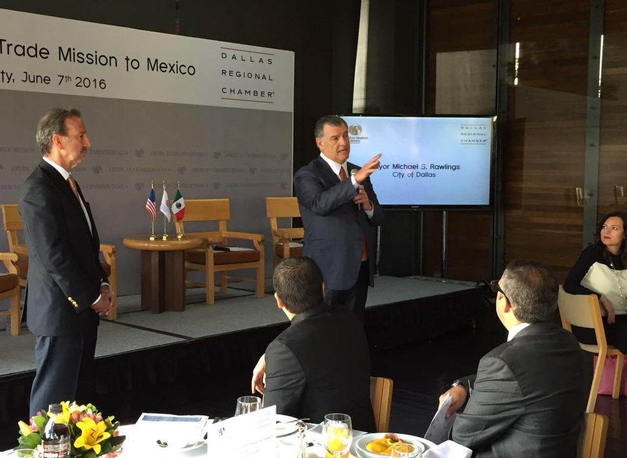 El alcalde de Dallas Mike Rawlings (der.) promovió el mes pasado al norte de Texas como destino de inversiones en la Ciudad de México. Aquí acompañado por el ex embajador de Estados Unidos en México Tony Garza. (DMN/TRISTAN HALLMAN)