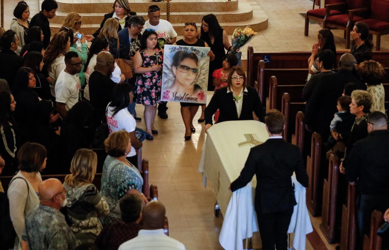 """El funeral de Marisol Espinosa se llevó a cabo el lunes en la iglesia católica St. Edwards de East Dallas. Su hija Corrina Espinosa de 8 años (izq.) y su tía Veronica Walls cargan un cuadro con la imagen de la madre de tres hijos con la escritura de """"En amorosa memoría"""". (DMN/RON BASELICE)"""