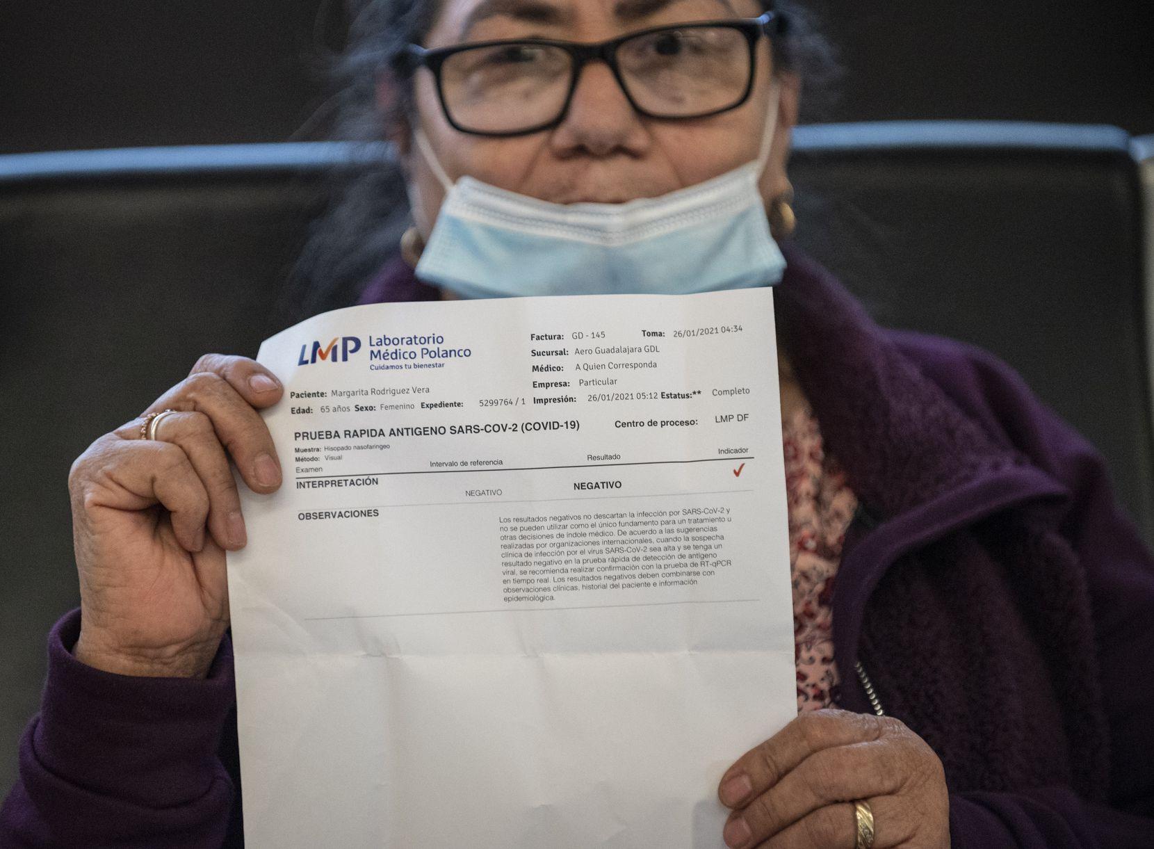 Margarita Navarro mostró el resultado negativo de la prueba de covid-19 que entregó en el mostrador de la aerolínea, después de realizarse una prueba rápida en un módulo clínico instalado en las afueras del Aeropuerto Internacional de Guadalajara.