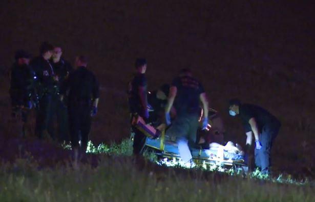 Un hombre es puesto en una camilla para ser trasladado a un hospital tras recibir un disparo de la policía de Dallas la madrugada del martes en el área de Mountain Creek.