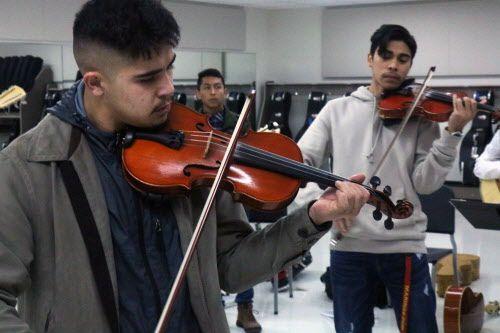Alberto Fuerte y Benjamín Núñez Jr., ambos estudiantes del  último año de preparatoria tocan el violín durante un ensayo de mariachi en Sam Houston High School en Arlington, el 17 de enero del 2019. (Por Javier Giribet / Al Día)