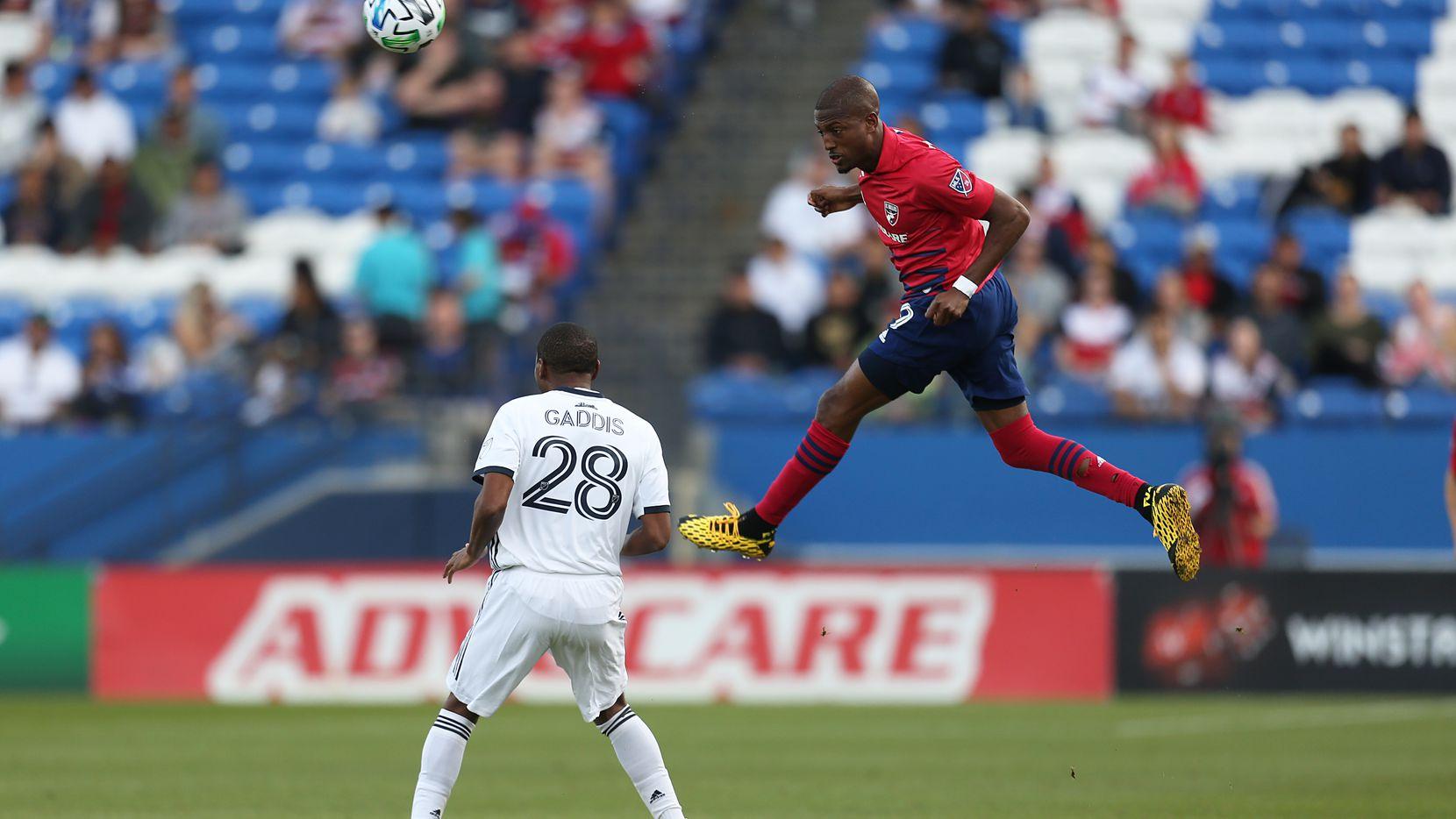 El jugador del FC Dallas, Jesús Ferreira (der), salta para tratar de controlar un balón en el juego contra el Union de Filadelfia, el 29 de febrero en el Toyota Stadium de Frisco